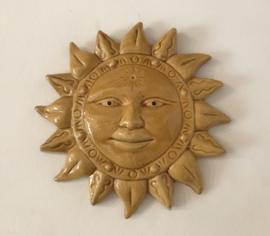 Geëmailleerd terracotta zon met gezichtje in Provençaals geel