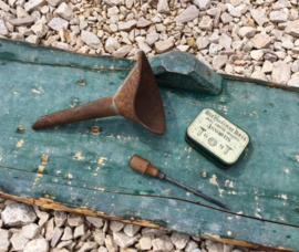Frans antiek blikje klinknagels trechter schroevendraaier industrieel