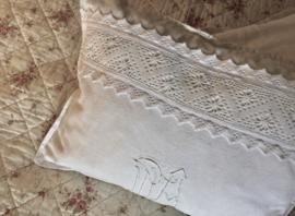 Frans antiek kussensloop met binnenkussen en geborduurde monogrammen MA