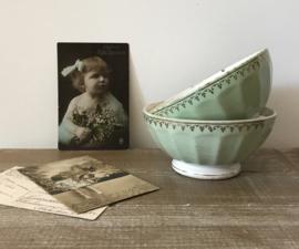 Twee Franse bowls kommen spoelkommen Terre de Fer pistache groen