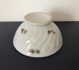 Grote witte Franse bowl met toefjes bloemen en blauwe rand
