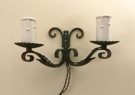 Wandlampje groen ijzer met dubbele kaars fittingen