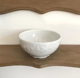 Limoges bowl kom wit met fruit in reliëf en gegolfde voet