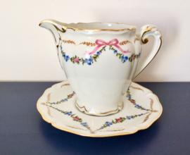 Limoges porseleinen melkkan op schotel met guirlandes