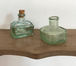Groen inktpotje met kurk en twee gootjes om pen op te leggen