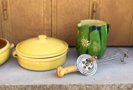 Aardewerk schaal met deksel in Provençaals geel