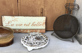 Antieke metalen slawasser bolvormig met patina