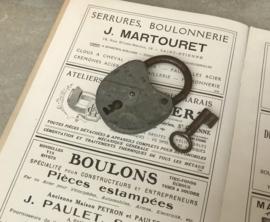Frans brocante hangslot van zink en ijzer
