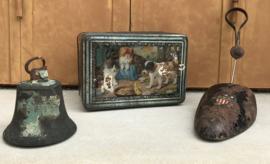 Antieke Franse koektrommel biscuitdoos met hond en 2 poezen