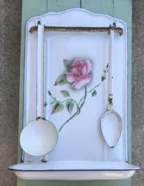 Wit geëmailleerd lepelrek met rozen en twee lepels