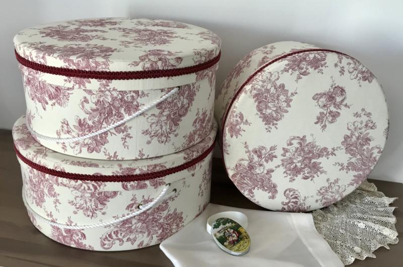 Set Franse hoedendozen in drie maten bekleed met toile de jouy stof
