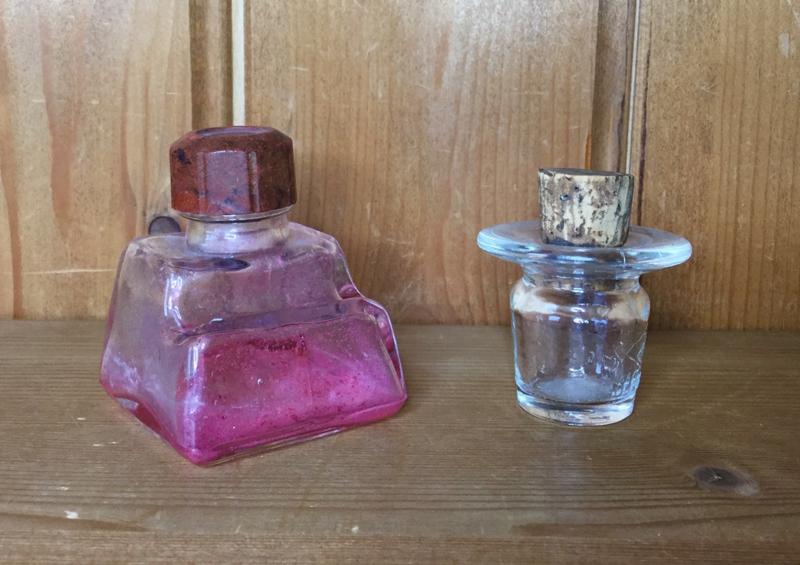Glazen inkt pot van roze inkt uit de 20e eeuw