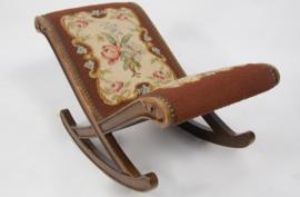 Vintage geborduurd schommel voetenbankje