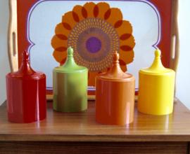 4 kleurrijke kunststof potjes met deksel