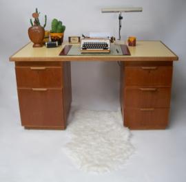 Houten bureau uit 1931-1933 van Modderkolk en Dijs