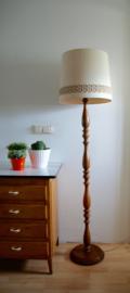 Houten staande lamp met vintage kap