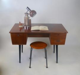 Vintage bureau met zwarte schuine poten