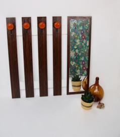 Vintage houten wandkapstok met spiegel en oranje haken