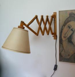 Houten schaarlamp / harmonicalamp met vintage kap