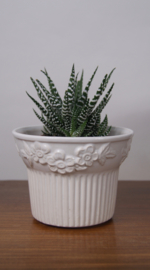Witte vintage bloempot met ribbel en bloemprint