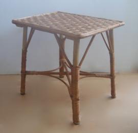 Houten tafeltje met rotan
