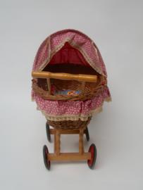 Vintage rieten kinderwandelwagen