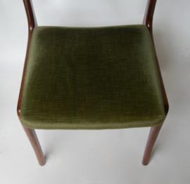 Houten stoel met groene velours stof