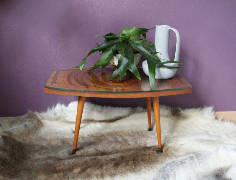 (Bijzet) tafeltje met houtsnijwerk