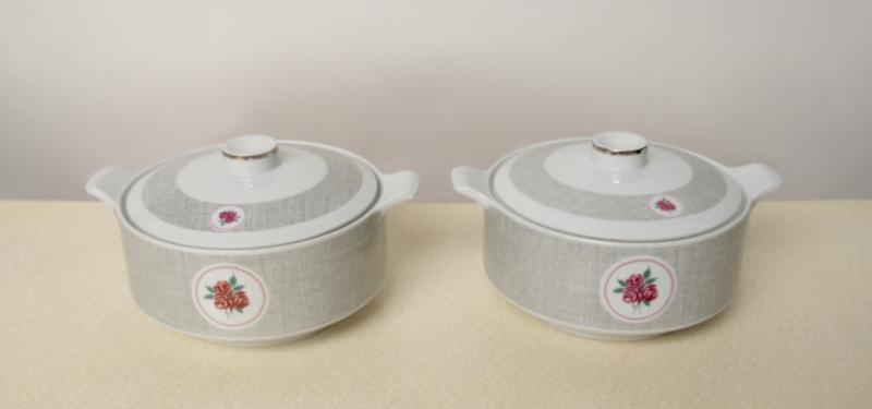 2 dekschalen met grijs werkje, rode roosjes en zilveren rand