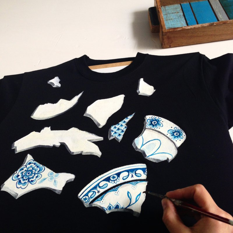 HAND PAINTED T-SHIRT > PORSELAIN / DUTCH LEGACY / DELFTS BLUE