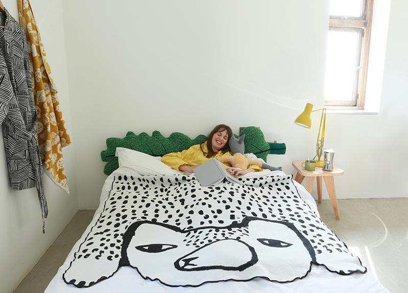 Deken / Plaid in de vorm van een beer - Donna Wilson
