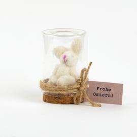 Osterhase im Glockenglas