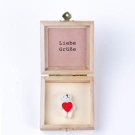 Bär in einer Holzkiste  Liebe Grüße