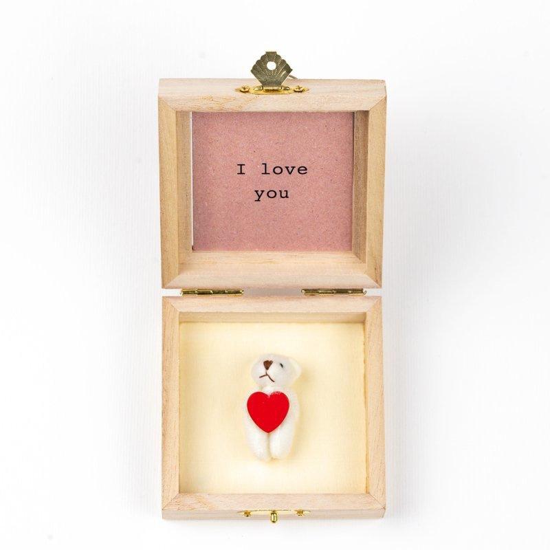 Bär in einer Holzkiste  love you
