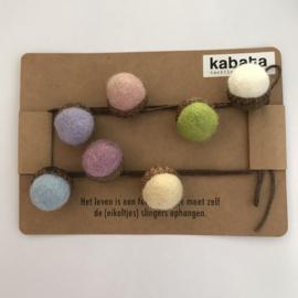 Kabata slinger met vilt eikels - pastel kleuren - klein