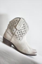 Venise Collection - Off white lederen enkellaarsjes met studs - Mt 41