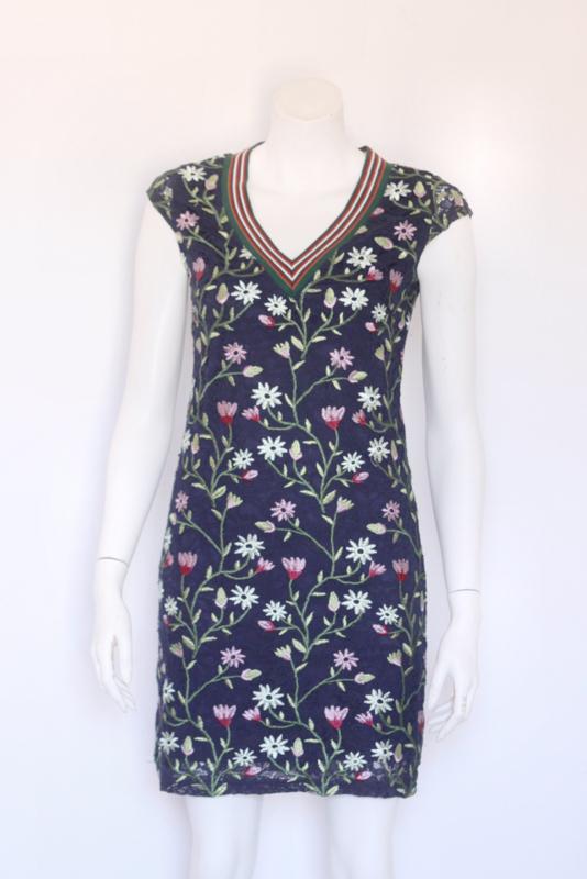 101 Idees - Blauw kanten pencil dress met geborduurde bloemen - Mt 38