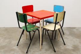 53x Gekleurde schoolstoelen in 4 kleuren