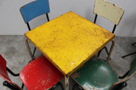 2 Industriele Tolix tafels met 8 gekleurde stoelen
