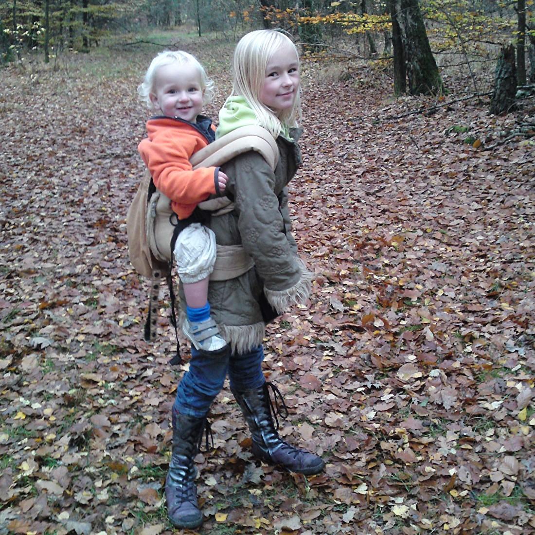 Belle (toen 8) met Lucas (toen 1,5) in de Ergo Baby Carrier