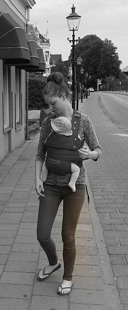 Maxine met haar dochter in de Marsupi