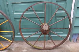 Twee decoratieve grote industriële ijzeren wielen van machine