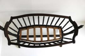Antieke houten schommelwieg met zwanen hemelhouder.