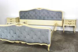 Vintage Queen Ann bed met twee nachtkastjes in oude craquelé verf