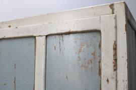 Grote doorleefde industriële brocante wandkast (strandlook)