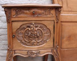 Antiek Frans kuifbed met bijbehorend nachtkastje