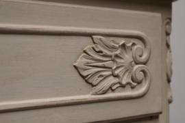 Brocante barok Queen Ann gepatineerde kast met lade en deurtje