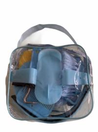 Gevulde,lichtblauwe poetstas.