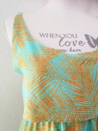 Voor lange zwoele zomerdagen. Maxi jurkje 'Bali blad', elastische taille, dubbel losvallend bovenpand, gerimpeld achter. Verstelbare schouderbandjes, zijsplitjes. Lang 138 cm. Bovenwijdte tot 94 cm, taille 80 cm, heup tot 110 cm. 100% rayon. 38/42.