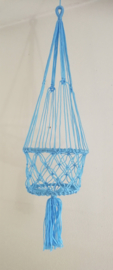 Vrolijke zomerse macramé plantenhanger lichtblauw. Diameter 22 cm, lengte ophangkoord 61 cm, totale lengte 1.01 cm, 100% nylon.